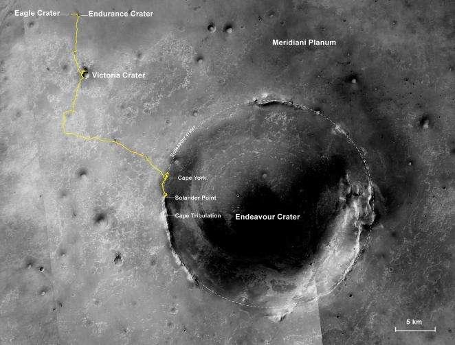 Image mosaïque capturée depuis l'espace par la sonde spatiale Mars Reconnaissance Orbiter (MRO). Le tracé jaune montre le parcours d'Opportunity depuis son arrivée le 25 janvier 2004 dans le cratère Endurance jusqu'à sa position actuelle sur les remparts du cratère Endeavour, de 22 kilomètres de diamètre. En dix ans, le rover a parcouru la distance de 38,73 km, un record pour un astromobile. © Nasa, JPL-Caltech, MSSS, NMMNHS