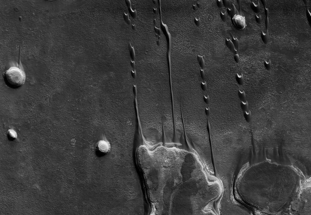 Des barkhanes, dunes sculptées par le vent, dans une zone de cratères. © Nasa, JPL, université d'Arizona, éditions Xavier Barral
