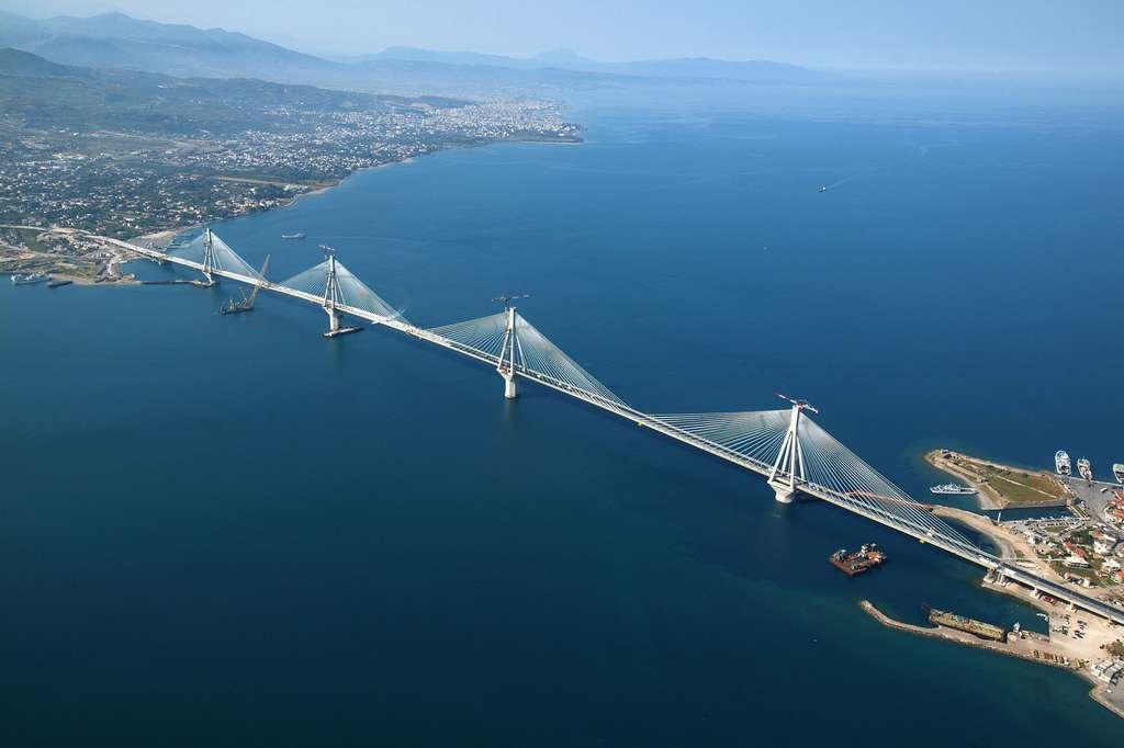 Le pont Rion-Antirion relie le Péloponnèse à la Grèce continentale, qui s'écartent de 1,5 m par siècle environ. © Nikos Nadiilidis