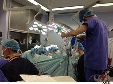 Une image de l'intervention réalisée le 17 décembre 2012 à l'hôpital Beaujon de Clichy durant 12 heures pour greffer cinq organes à un patient. © AP-HP