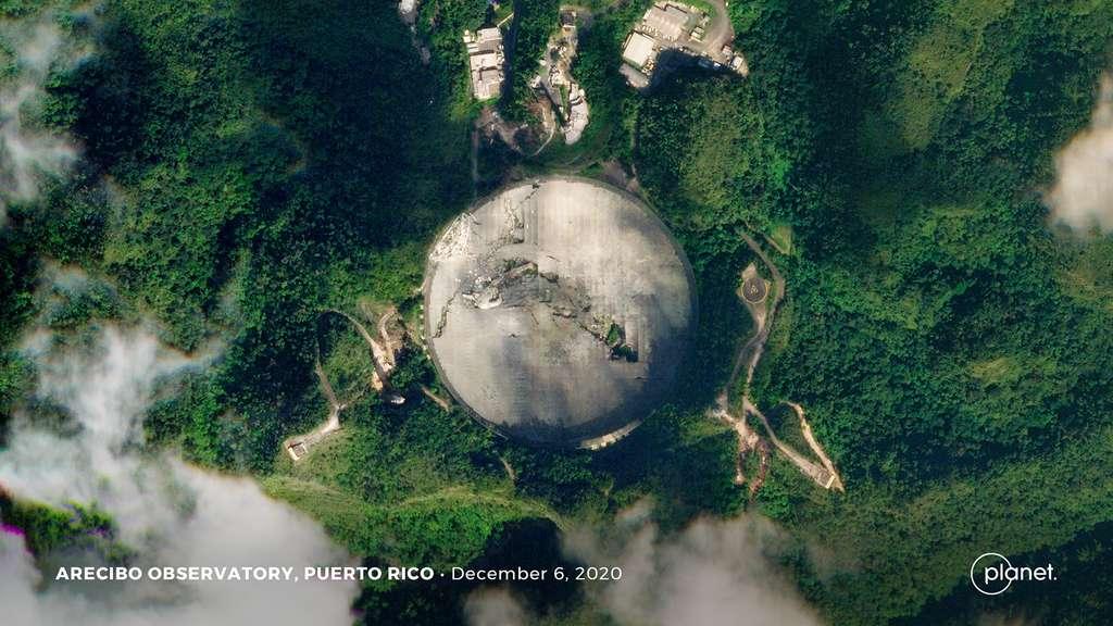 Le 1er décembre dernier, le radiotélescope d'Arecibo (Porto Rico) s'est effondré. Cet observatoire, qui fonctionnait depuis près de 60 ans, a notamment été utilisé pour communiquer avec d'hypothétiques extraterrestres (décembre 2020). © 2020 Planet Labs, Inc.