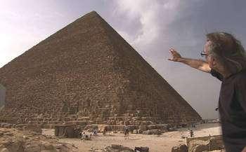 Jean-Pierre Houdin devant la pyramide de Khéops. © Gedeon programmes