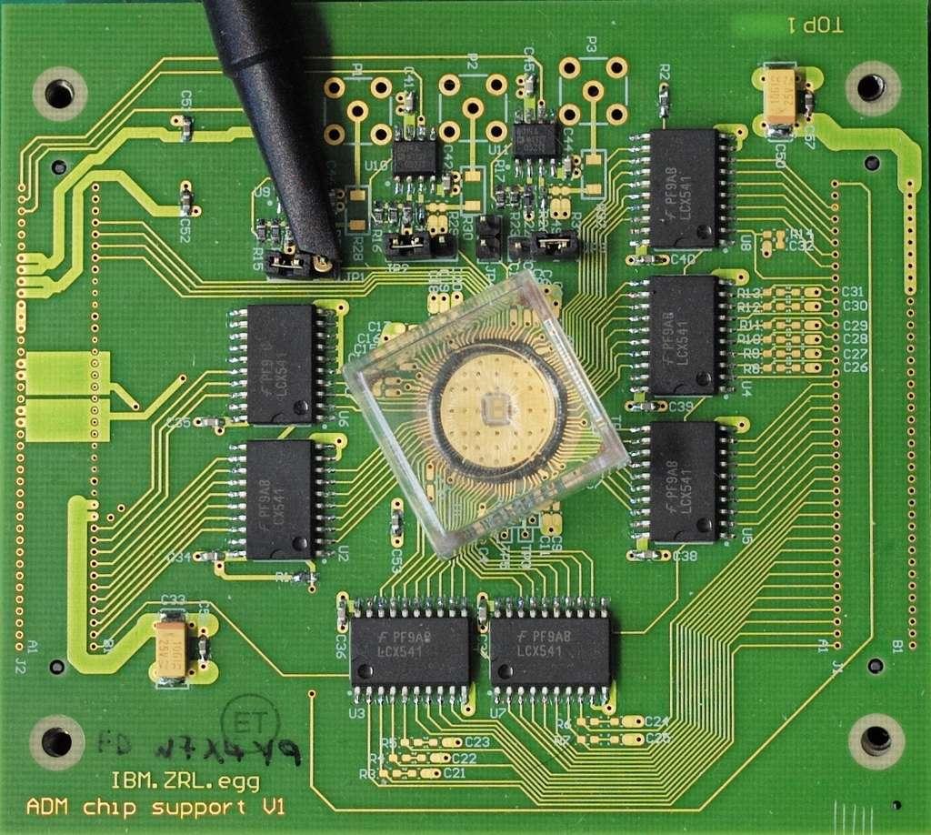 Le circuit expérimental avec la mémoire résistive à changement de phase, au centre. © IBM Research Zürich