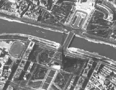 Souriez, Big Brother vous regarde ! Gros-plan sur la Tour Eiffel de Paris. La photographie a été réalisée par le satellite espion Keyhole-7 le 20 mars 1966. La résolution est d'environ 10 mètres. Document USGS.
