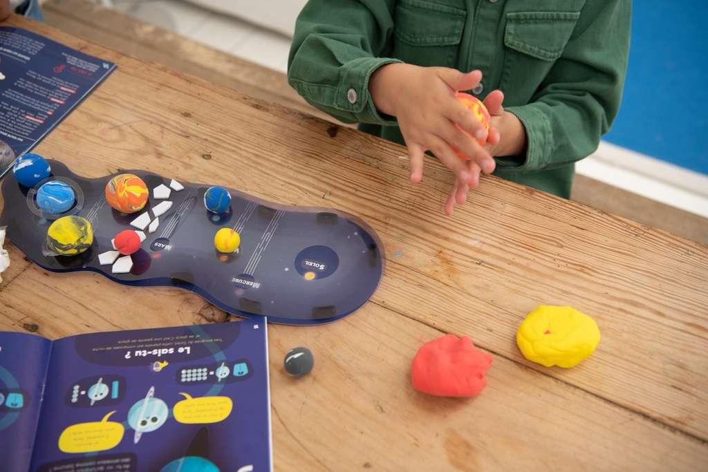 Ici, le kit Pandacraft de la gamme Explore destiné aux plus petits (3-7 ans) sur le thème du Système solaire. Notez que le thème est aussi développé dans la gamme Makers, pour les plus grands (8-12 ans). © Pandacraft