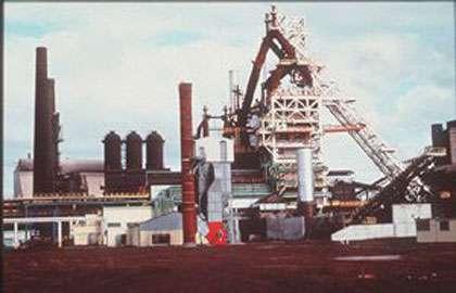 Site industriel de hauts fourneaux.