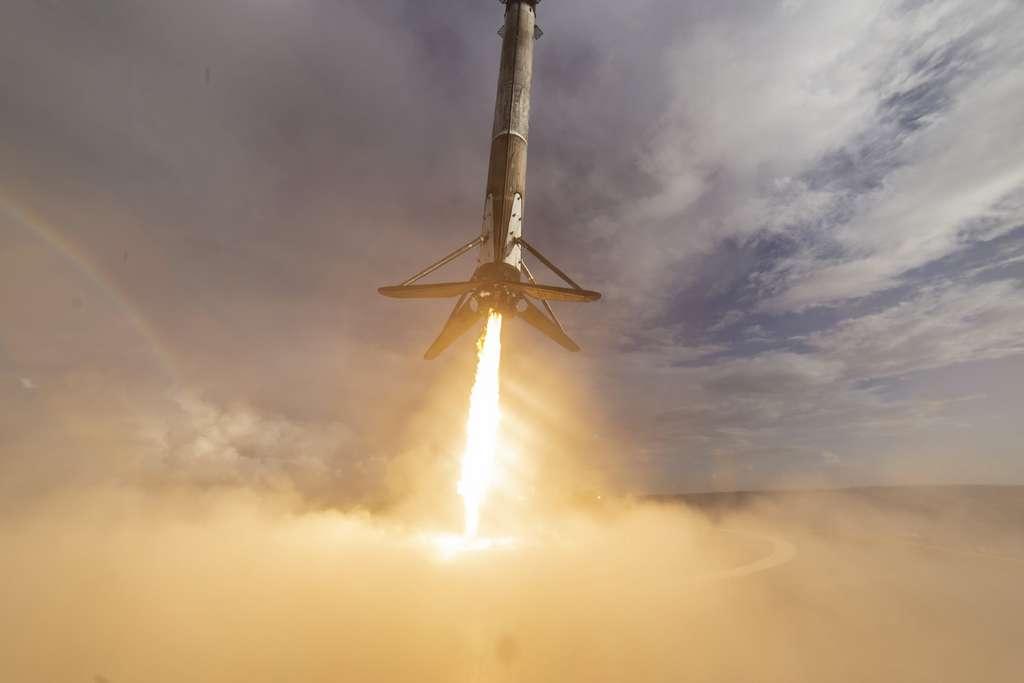 Atterrissage sur une plateforme en pleine mer de l'étage principal d'un Falcon 9. © SpaceX