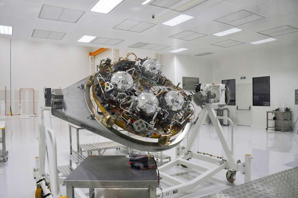 La capsule Schiaparelli en cours d'intégration dans l'usine turinoise de Thales Alenia Space (juillet 2014). © Rémy Decourt