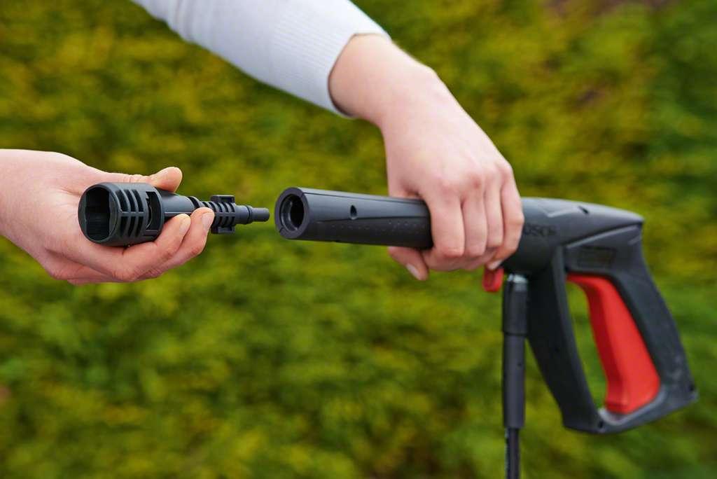 La lance se monte par encliquetage d'un raccord à baïonnette au bout du pistolet de pulvérisation. Une rotation dans un sens ou dans l'autre suffit à assurer le blocage ou le déblocage. Un adaptateur est parfois fourni pour monter des accessoires d'une autre marque. © Bosch