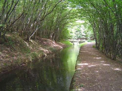 Rigole d'Yonne qui alimente le Canal du Nivernais. Cette rigole n'est pas navigable, même en canoë à cause de très nombreux ponts bas. Elle n'a jamais été conçue pour être navigable. Elle part du barrage de Panecières-Chaumard et arrive au sommet du canal, à Port-Brûlé, à une altitude de 261 m environ, et après un parcours de près de 30 km qui épouse les courbes de niveau et traverse la vallée de l'Yonne sur l'aqueduc de Montreuillon.