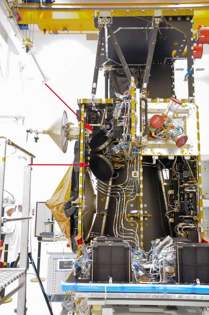 Indiquées par des flèches rouges, deux des quatre roues de réaction du satellite Sentinel 3. Sur le télescope spatial Kepler, qui en possède quatre également, deux d'entre elles sont en panne. Malgré ce handicap, l'instrument repartira à la recherche des exoplanètes. © Rémy Decourt
