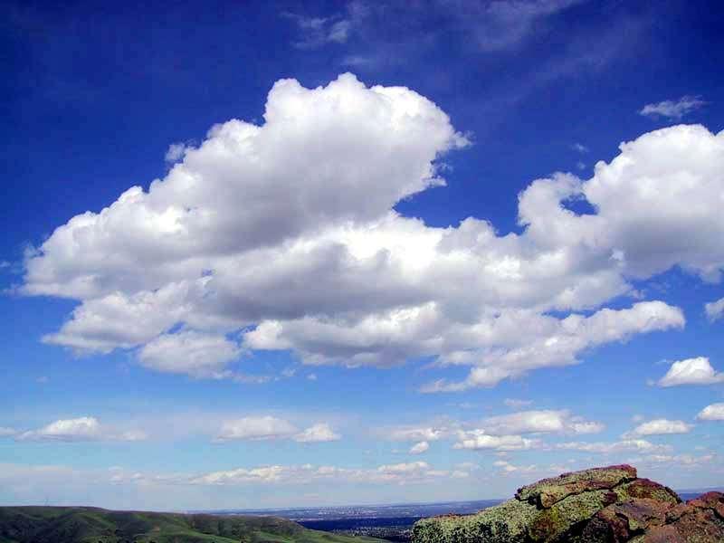La libération bactérienne de DMS gazeux influencerait le pouvoir réfléchissant de l'énergie lumineuse des nuages (ou albédo nuageux) et donc, la température de la Terre à sa surface. © Michael Jastremski, Wikimedia Commons, CC by-sa 2.0