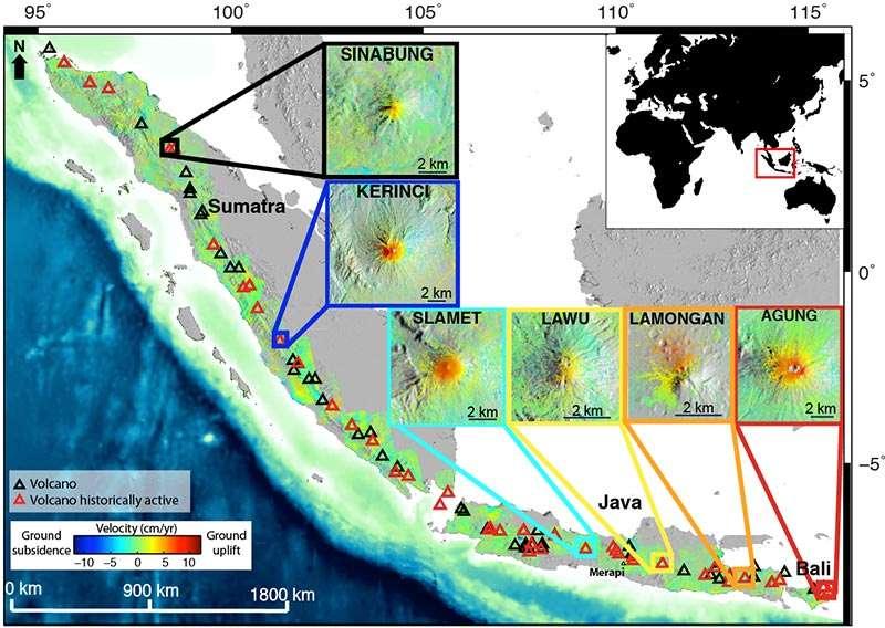 Mouvements verticaux moyens du sol dans l'ouest de la région volcanique de la Sonde en Indonésie. Ces informations ont été extraites d'images récoltées par l'Insar du satellite Alos entre 2006 et 2009. Le rouge et le bleu indiquent respectivement que le sol s'est élevé (ground uplift) ou abaissé (ground subsidence). Les valeurs sur l'échelle colorimétrique (velocity) sont exprimées en cm/an (cm/yr). Les boîtes affichent les six volcans qui se sont élevés durant l'étude. © Estelle Chaussard
