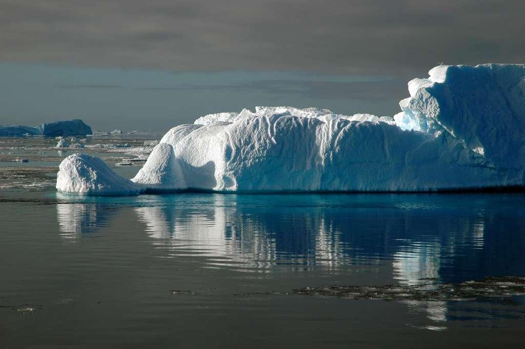 Durant la dernière glaciation, une variation de l'orbite de la Terre aurait engendré une augmentation de seulement 0,3 °C de la température de la Terre. La calotte glaciaire de l'hémisphère nord se serait mise à fondre provoquant ainsi, par un effet boule de neige, le réchauffement de l'Antarctique et la libération de quantités considérables de CO2. © Staphy | StockFreeImages.com