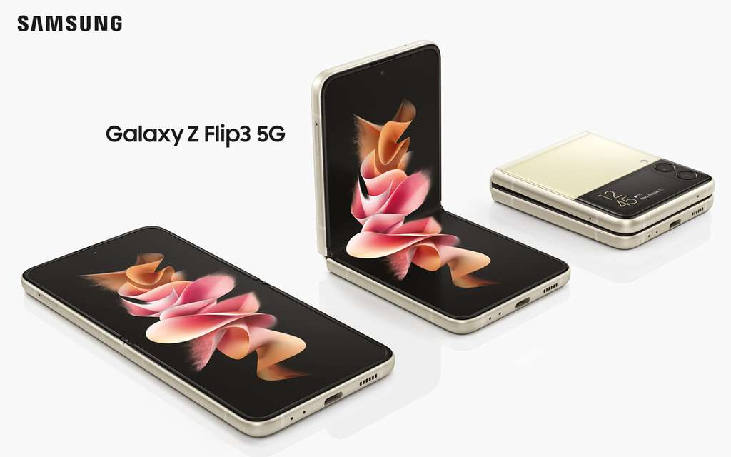 Le Galaxy Z Flip 3 est à la fois solide étanche et son écran extérieur est devenu très pratique. © Samsung