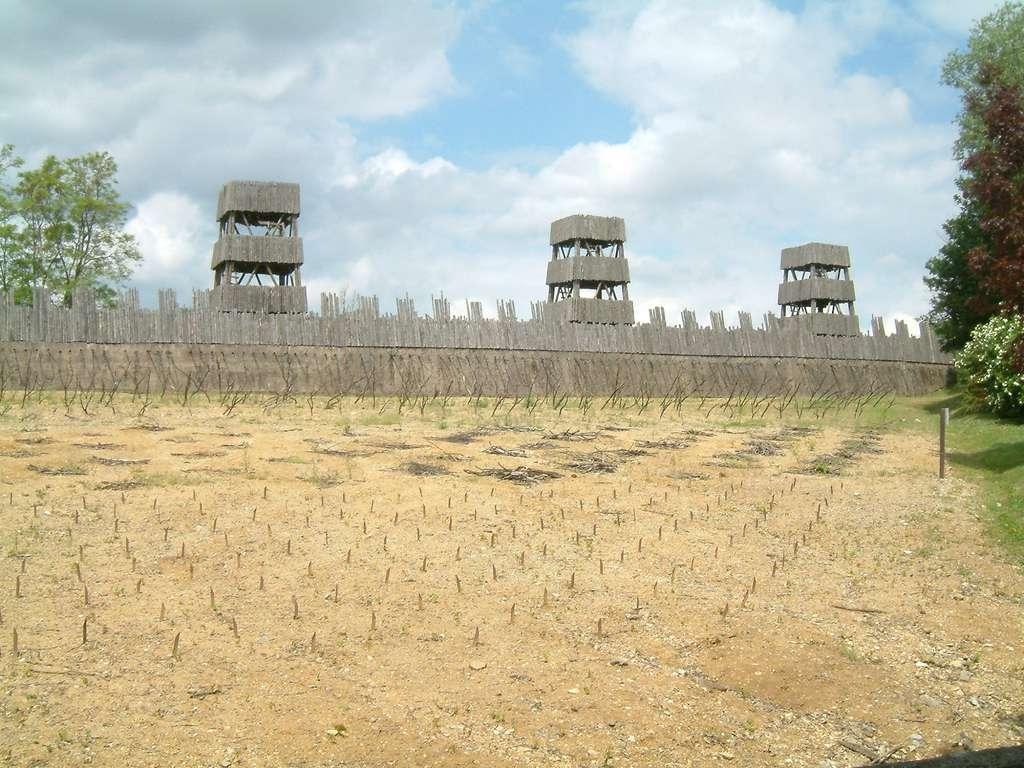 Réplique des fortifications utilisées lors du siège d'Alésia ; archéodrome de Beaune, Bourgogne. Auteur : Christophe Finot, 2004. © Wikimedia Commons, domaine public.