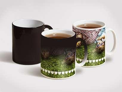 Plusieurs services proposent l'impression de photos sur des objets très divers. L'un des grands classiques est le mug avec, pour certains, l'option qui révèle l'image lorsqu'il est rempli d'un liquide chaud. © Photobox