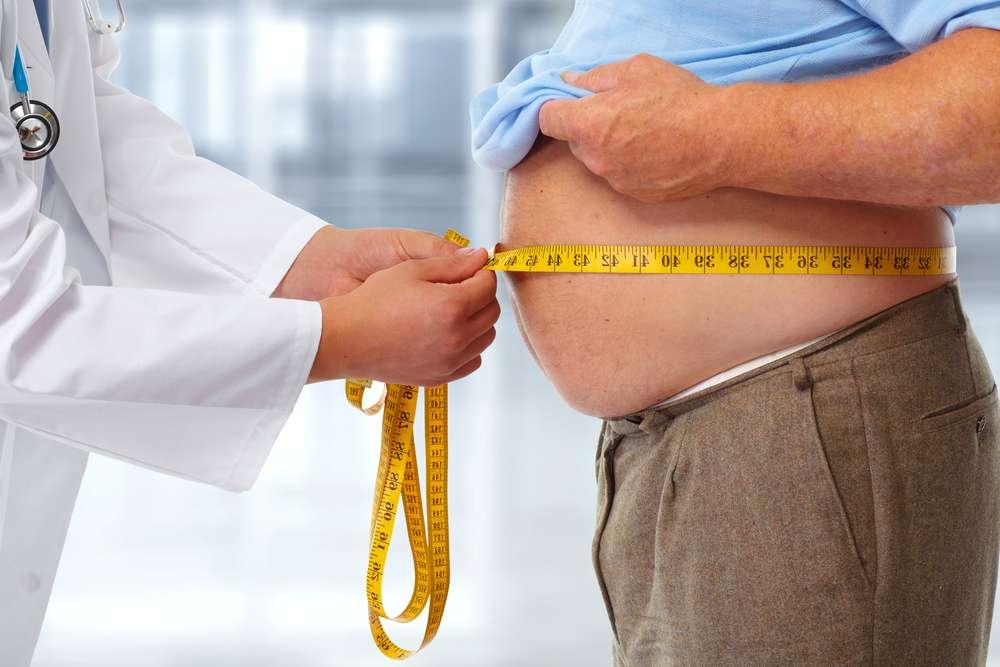 « Les obèses sévères ou morbides ont environ 40 % de risques supplémentaires de complications », car l'épaisseur de la paroi abdominale accroît grandement le risque d'infections postopératoires et d'éventration. © kurhan, Shutterstock