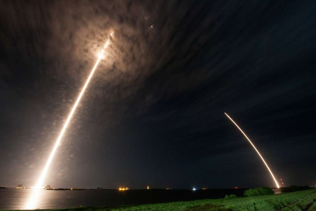 Le décollage du lanceur Falcon 9 (à gauche), avec à son bord la capsule Dragon CRS-9, et le retour au sol de son étage principal (à droite). © SpaceX