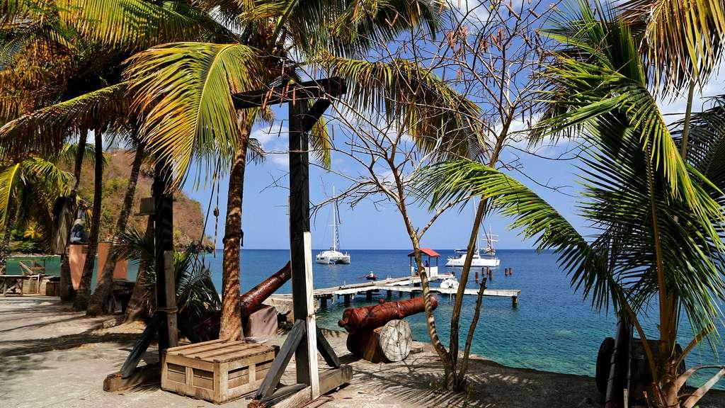 Les canons des films de la saga Pirate des Caraïbes, sur la baie de Wallilabou. © Antoine, tous droits réservés, reproduction interdite.