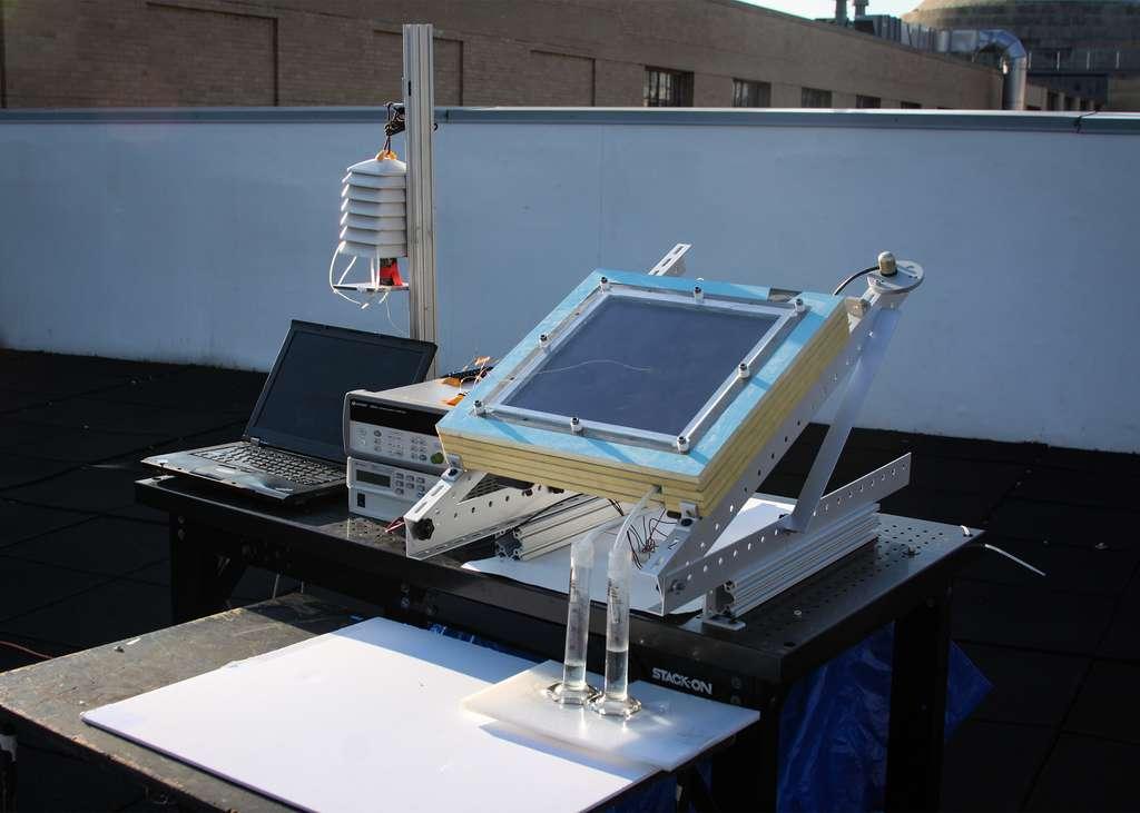 Le nouvel appareil développé par Alina LaPotin et son équipe est capable d'extraire jusqu'à deux fois plus d'eau de l'air ambiant. © MIT, Alina LaPotin