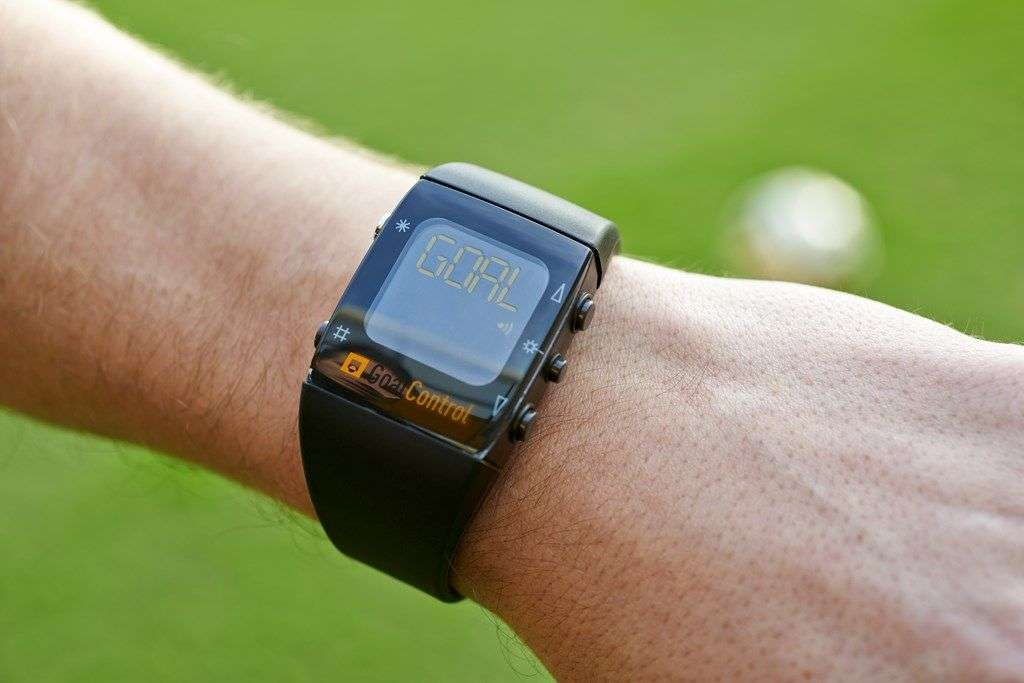 Un récepteur porté au poignet de l'arbitre confirme, en général avec un délai d'une seconde, que le ballon a bien passé la ligne de but. © Goal Control