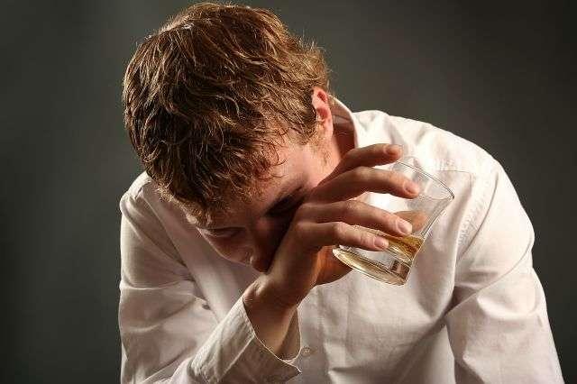 L'alcoolisme est une addiction très difficile à contrer, les médecins recherchent toujours un médicament qui rendra le sevrage moins difficile et plus efficace. Le baclofène pourra-t-il endosser ce rôle ? © Lisa A, shutterstock.com