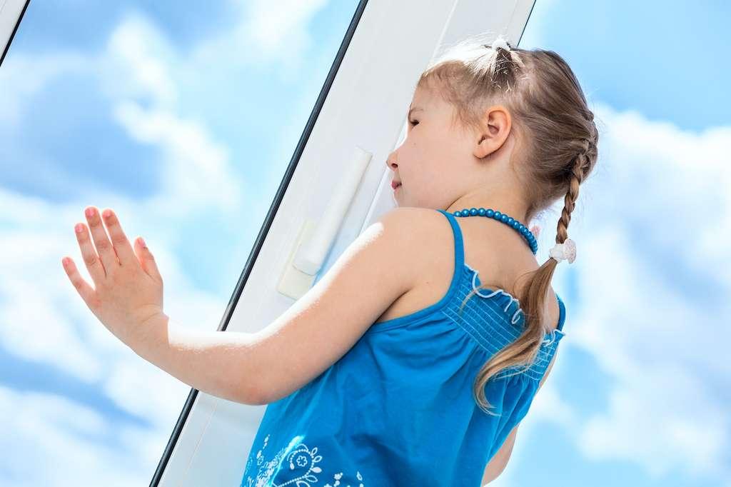 L'installation de fenêtres à double vitrage est un incontournable en matière d'isolation et donc de maintien de la fraîcheur à l'intérieur de la maison. Là encore, des travaux à réaliser de préférence avant l'arrivée des fortes chaleurs. © Kekyalyaynen, Adobe Stock