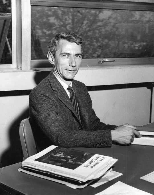 Claude Shannon (1916-2001) est un ingénieur en génie électrique et mathématicien américain. Il est l'un des pères fondateurs de la théorie de l'information qu'il développa largement du fait de ses travaux en cryptographie pendant la seconde guerre mondiale. Il était chargé de localiser de manière automatique dans le code ennemi les parties signifiantes cachées au milieu du brouillage. Il rencontra à ce moment Alan Turing, qui travaillait lui aussi sur la cryptographie. Ses découvertes furent exposées durant la période d'après-guerre dans un célèbre article, A Mathematical Theory of Communications (1948). On doit à Shannon la mise en évidence d'un lien très profond entre la notion d'entropie et celle d'information, ce qui a conduit aux méthodes dites « d'entropie maximale » utilisées notamment pour faire de la reconnaissance automatique des caractères, de l'apprentissage automatique et qui sont aussi employées dans le cadre de l'imagerie médicale. © MIT museum