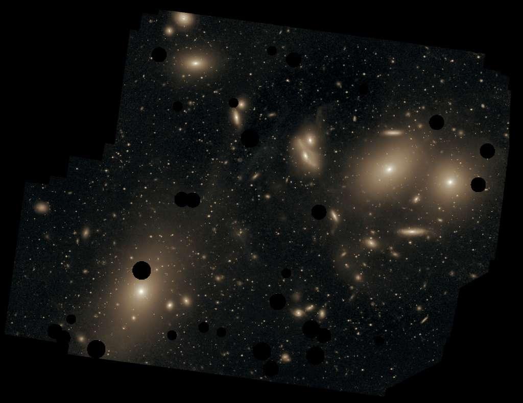 Vue d'ensemble de l'amas de galaxies de la Vierge, distant de 50 à 60 millions d'années-lumière de la Voie lactée, photographiée en 2009 par Chris Mihos. Les cercles noirs marquent les étoiles de notre Galaxie, au premier plan, qui ont été retranchées. © Chris Mihos (Case Western Reserve University), Eso