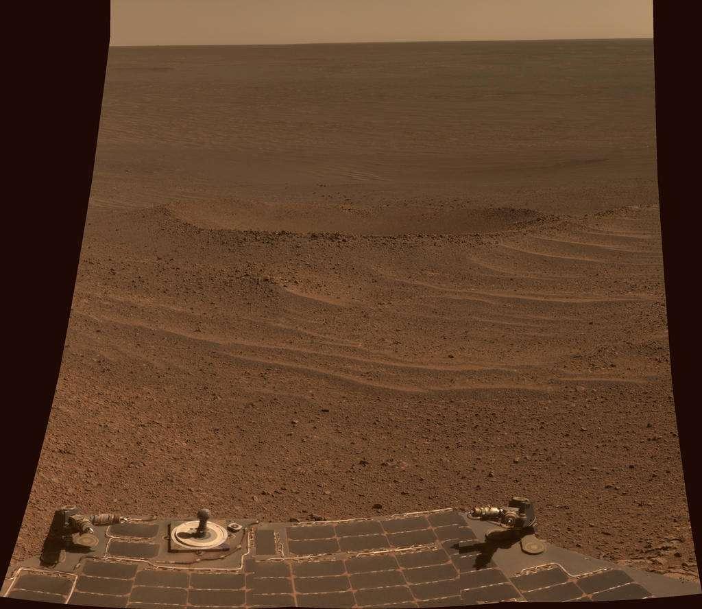 En mémoire de la mission Lunokhod 2 qui parcourut 39 km sur la surface lunaire en 1973 (précédent record de distance pour un rover sur une autre planète), les scientifiques ont donné son nom à un cratère de 6 m de diamètre, photographié ici avec la caméra panoramique (PanCam) d'Opportunity lors de son 3.644e jour de son périple martien (24 avril 2014). © Nasa, JPL-Caltech, Cornell, Arizona State University