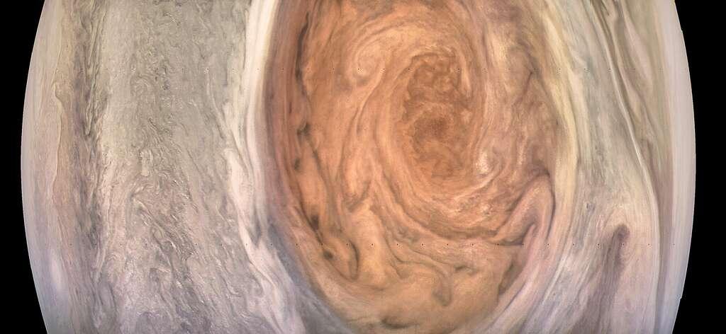 La sonde Juno était à 9.866 km quand cette image de la Grande Tache Rouge de Jupiter a été prise par la JunoCam. L'image brute a été retraitée par le « scientifique citoyen » Kevin Gill. © Nasa, JPL-Caltech, SwRI, MSSS, Kevin Gill