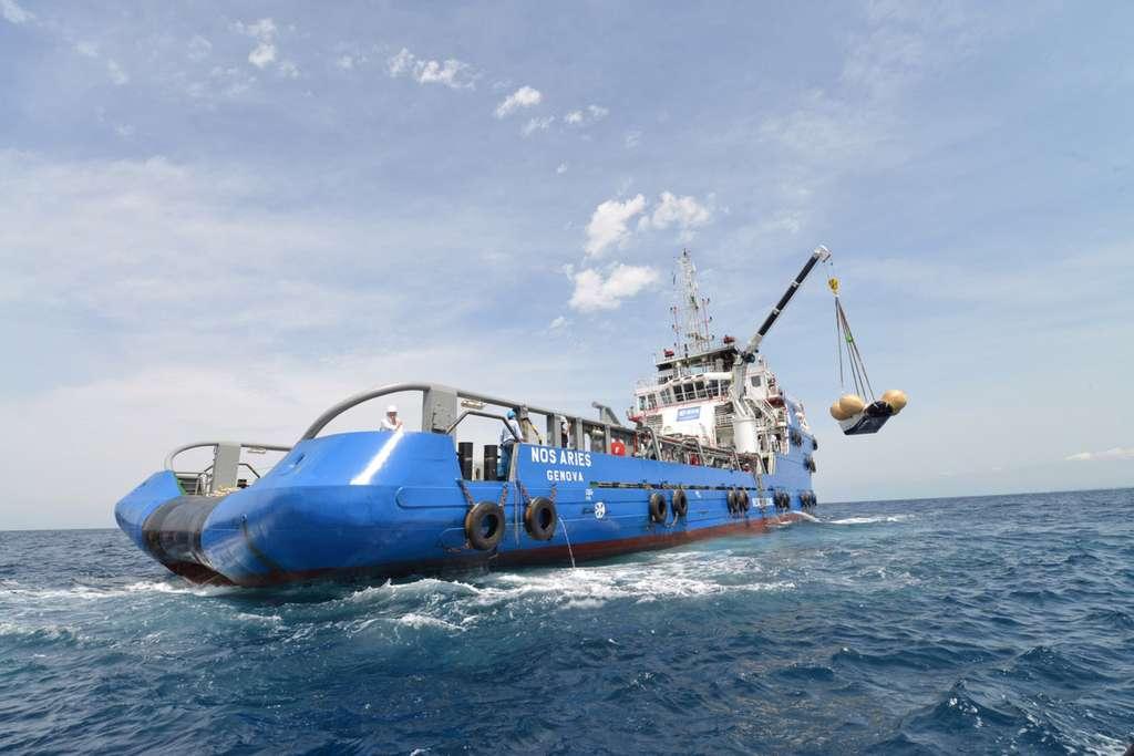 Le navire de récupération Nos Aries lors de la récupération du modèle de test à l'échelle 1,1 de l'IXV après un essai d'amerrissage en juillet 2013. © Thales Alenia Space