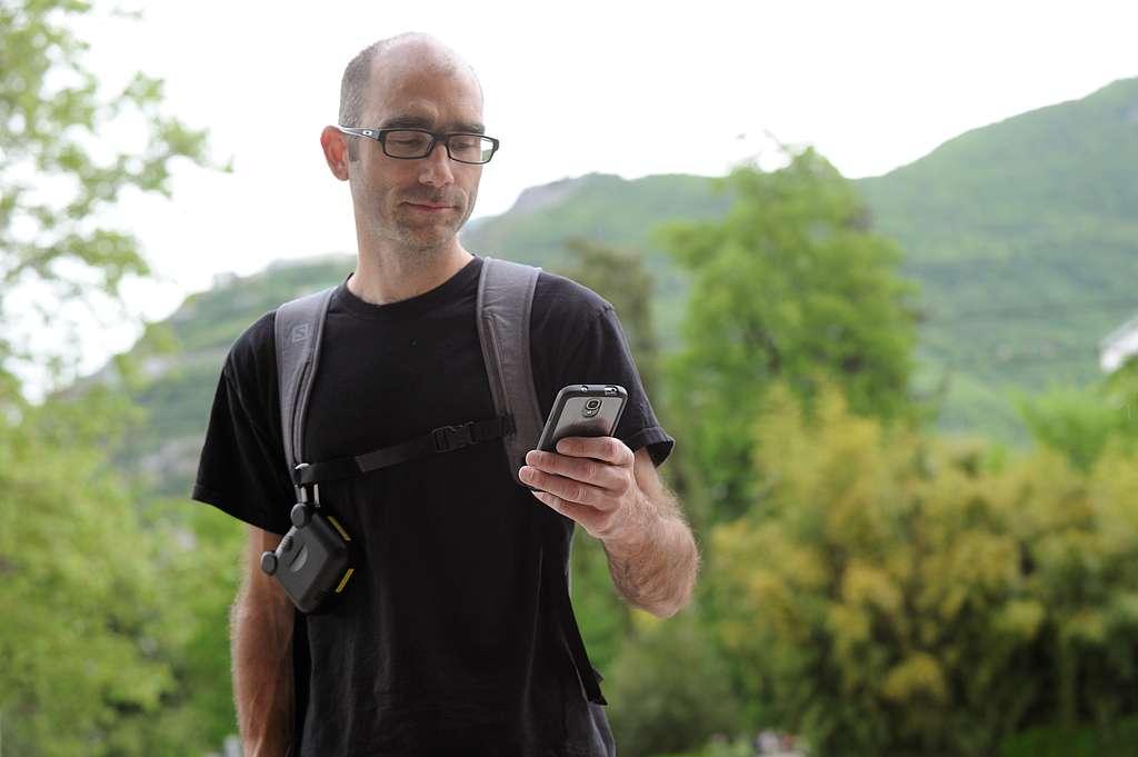Une application sur smartphone interroge le capteur porté en bandoulière et montre une analyse rapide de l'air ambiant. © Jean-Pierre Clatot, AFP Photo