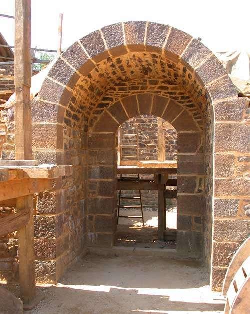 Passage sous escalier du logis seigneurial. © Guédelon - Reproduction et utilisation interdites - Tous droits réservés