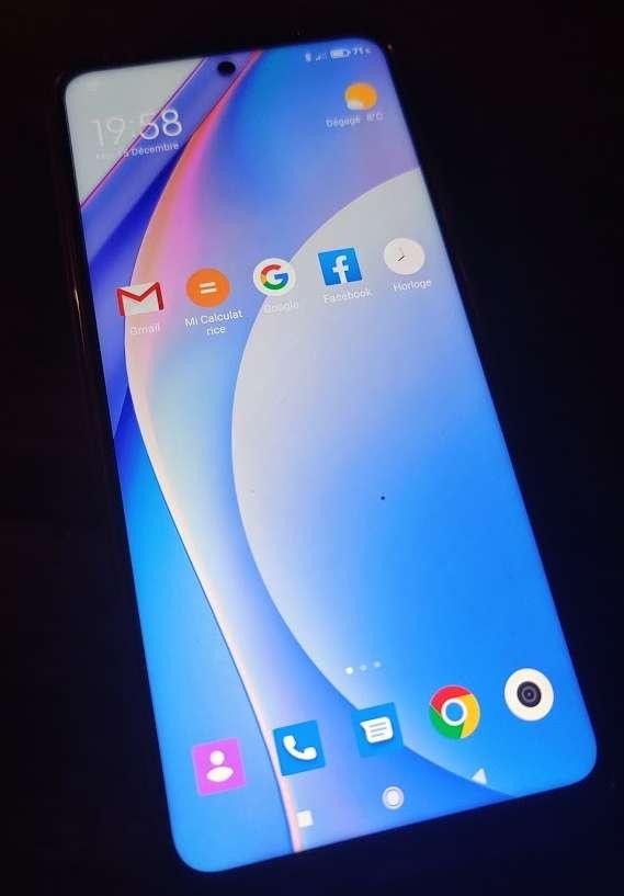 Les performances sont plus que correctes avec le nouveau Snapdragon 750G paré pour la 5G et les 6 Go de mémoire vive qui l'accompagnent. Le mobile chauffe peu lorsqu'il est fortement sollicité. © Futura