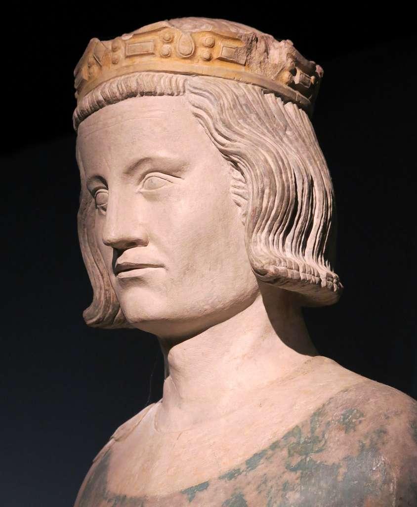 Tête de statue de Louis IX (Saint Louis), exposition pour le 800e anniversaire de la naissance du roi, à la Conciergerie, Paris ; pierre polychromée, Normandie, XIVe siècle. © Wikimedia Commons, domaine public.