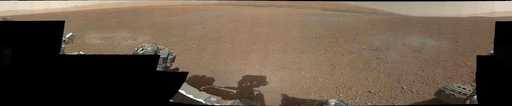 Une image panoramique à 360° réalisée par l'assemblage de 130 photographies envoyées par la mastcam gauche, installée sur le mât comme son nom l'indique, avec un objectif de 34 mm de focale (contre 100 mm pour son homologue de droite). On distingue les légères dépressions circulaires grises creusées par les fusées de la grue aéroportée. © Nasa/JPL-Caltech/MSSS