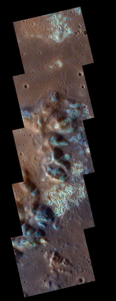 Un zoom sur une autre des régions du bassin précédent, partiellement couverte par un grand nombre de dépressions (en fausse couleur bleue). Chaque image de la mosaïque représente une zone d'environ 20 km. © Science/AAAS