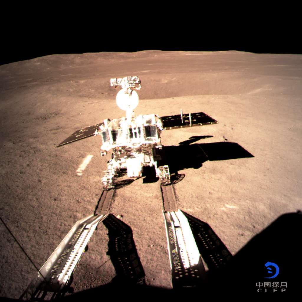 Premier tours de roues pour le rover Yutu 2 (lapin de jade) sur la surface de la face cachée de la Lune. © CNSA