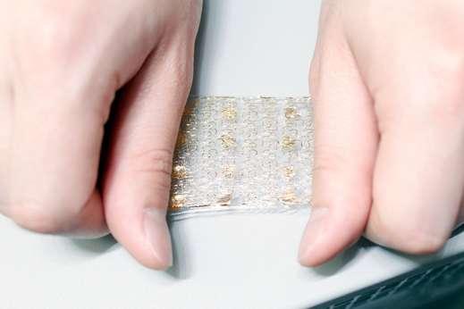 Les nanofils en silicium ont été formés en spirale afin qu'ils puissent supporter les étirements de la peau artificielle. Sur cette image, la peau est étirée à 20 % de sa taille. © Kim et al., Nature Communications