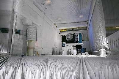 Le modèle de qualification radiofréquence (RFQM) de la charge utile de l'observatoire Planck en essais dans la base compacte d'Alcatel Alenia Space à Cannes. Cette installation est dédiée aux essais d'antennes et reçoit le plus souvent des satellites de télécommunications. Le cas de Planck est assez inhabituel car il doit observer une partie mal connue du spectre électromagnétique qui s'étend de l'infrarouge lointain aux hyperfréquences. (crédit : Alcatel Alenia Space / ESA)