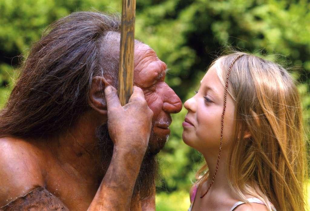 L'Homme de Néandertal, dont on voit ici une reconstitution réussie (à gauche, bien sûr) a légué des gènes à Homo sapiens (à droite, évidemment). Notre espèce a aussi en elle les gènes d'une autre lignée, celle de Denisova, et les a conservés ou non, selon les régions. La génétique éclaire ainsi l'histoire de la famille humaine, faite de migrations, de métissages et d'adaptations à des environnements multiples. © Neanderthal Museum, Mettmann, Allemagne, CC by 4.0