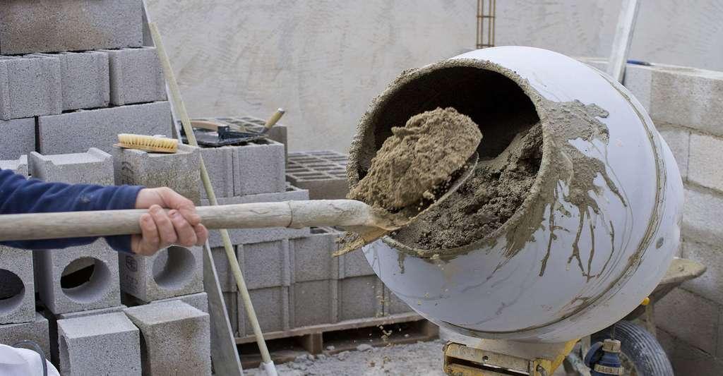 Le gâchage du mortier. © Pictures news, Fotolia