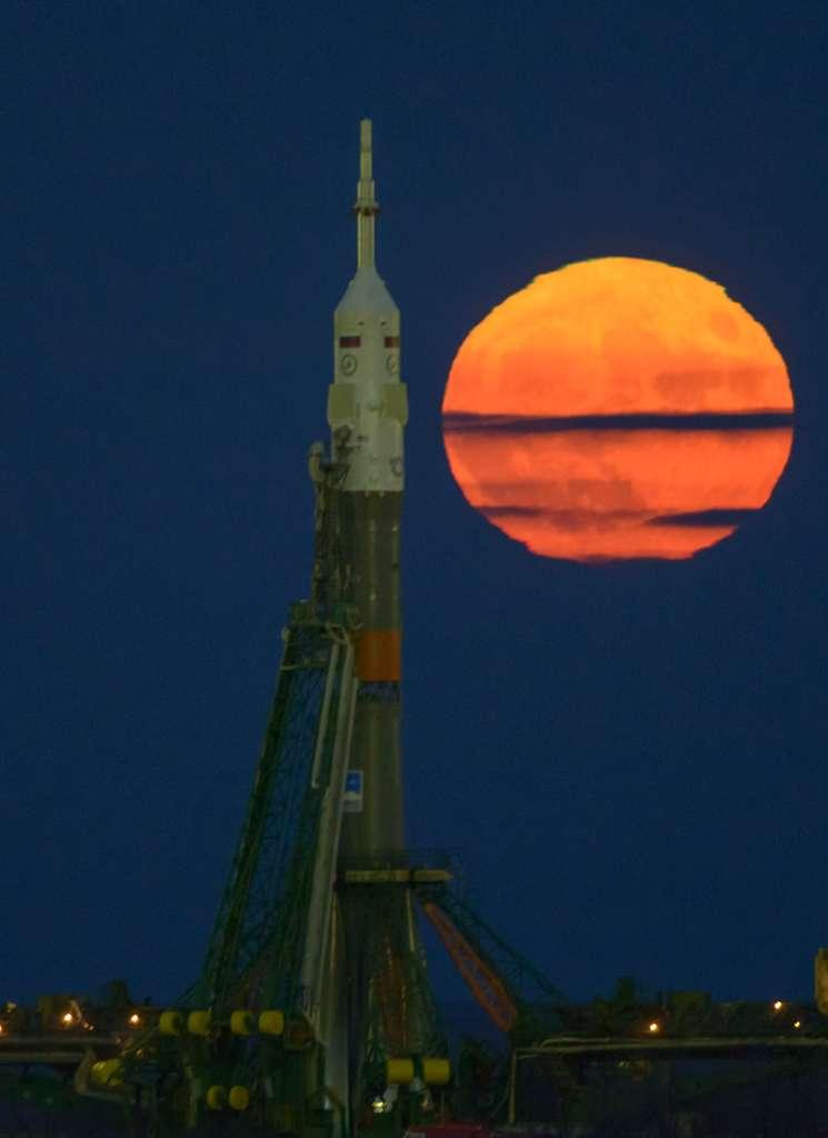 La « super Lune » photographiée derrière la fusée Soyouz, sur son pas de tir de Baïkonour, qui emportera le 18 novembre vers l'ISS l'astronaute français Thomas Pesquet, ainsi que Peggy Witson (Nasa) et Oleg Novitskiy (Roscosmos). La prise de vue au téléobjectif, alors que la Lune est au ras de l'horizon, accentue l'effet. Le diamètre apparent était un peu plus de 10 % plus grand qu'une pleine Lune moyenne. © Bill Ingalls, Nasa