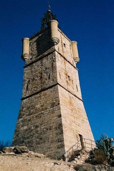 Sur la butte de la ville de Draguignan se dressait au XIe siècle une forteresse. Elle a été détruite à maintes reprises. Au XVIIe siècle, c'est sur ces fondations qu'est érigée la tour de l'horloge (à l'image). © DP