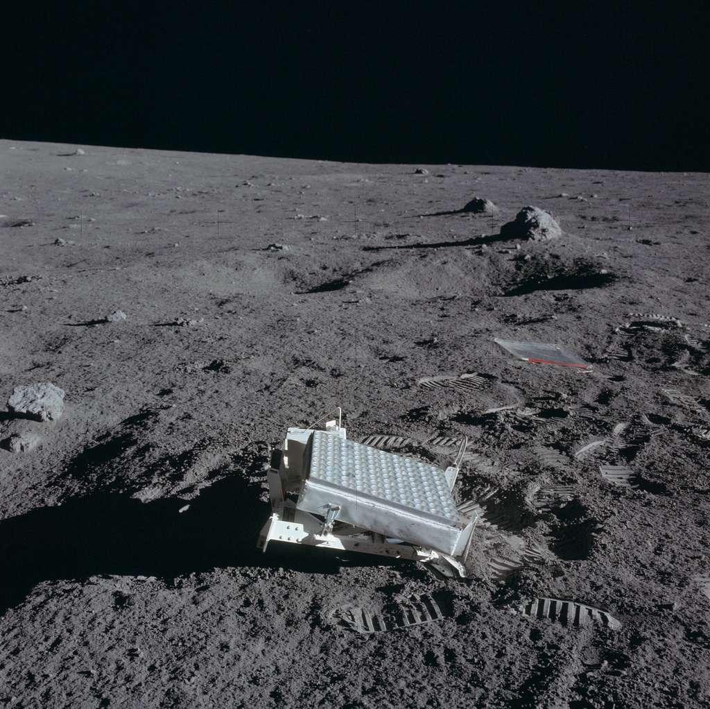 Les astronautes d'Apollo 11 (puis ceux d'Apollo 14 et 15) ont laissé des réflecteurs laser sur la Lune. Chaque semaine, la distance Terre-Lune est mesurée en pointant depuis le sol des lasers sur ces instruments, qui les renvoient en direction de la Terre. © Images Nasa/JSC, Retraitements Olivier de Goursac. Tous droits réservés