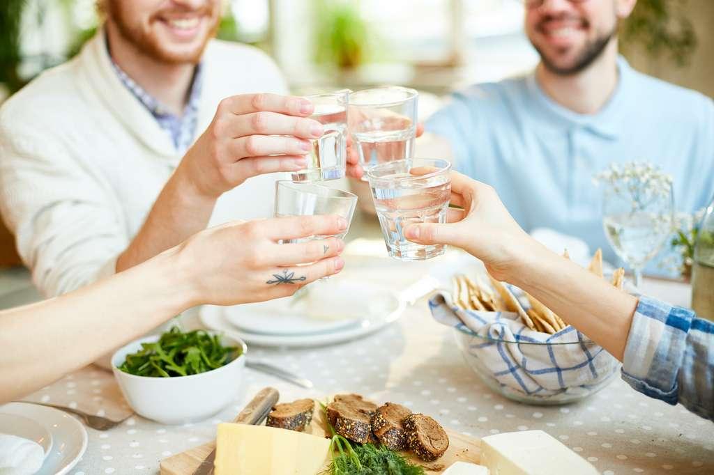 Boire de l'eau, prendre son temps et se dégourdir les jambes. Ce sont, bien plus que la consommation d'un digestif, les secrets d'une meilleure digestion. © pressmaster, Adobe Stock