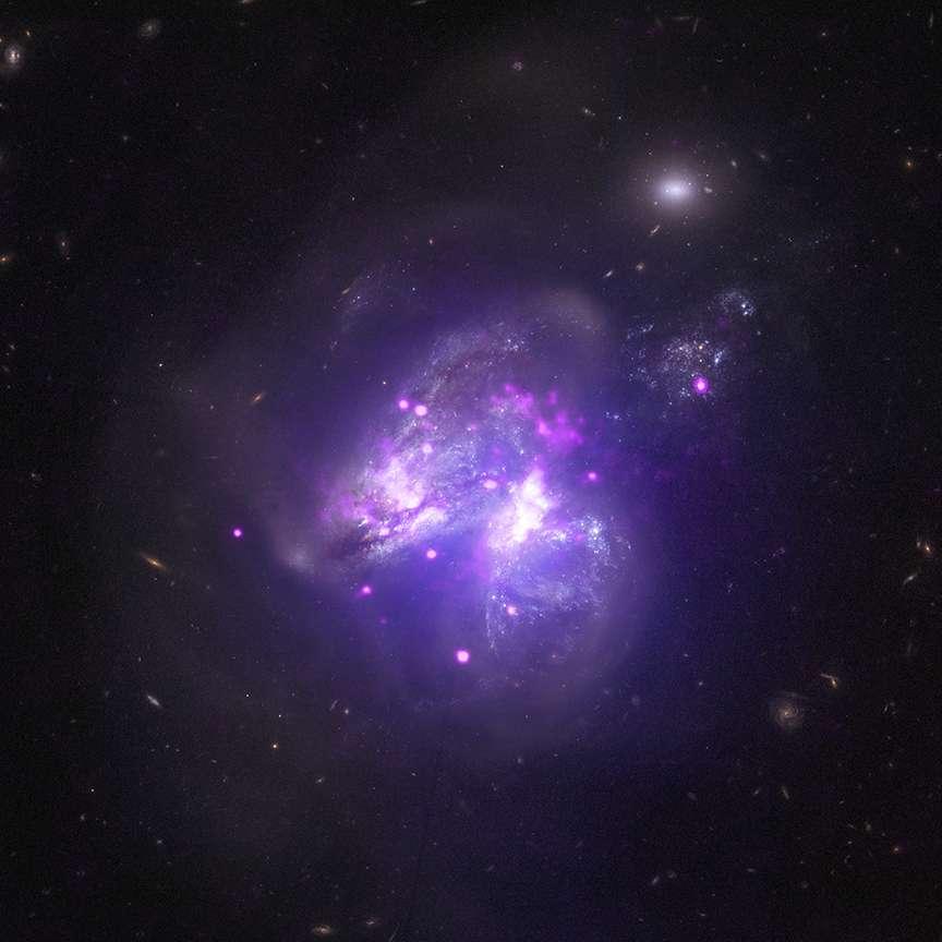 Une vue composite de la formation Arp 299, deux galaxies en train de fusionner. Le télescope spatial Chandra y a décelé 25 puissantes sources de rayonnement X dont 14 s'avèrent être des sources X ultralumineuses (Ultraluminous X-ray source ou ULXs), localisées dans les régions de formation d'étoiles. © Nasa, CXC, University of Crete, K. Anastasopoulou et al, NuSTAR, GSFC, A. Ptak et al, STScI