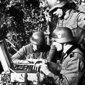 Soldats allemands utilisant une machine Enigma pendant la seconde guerre mondiale. © DP